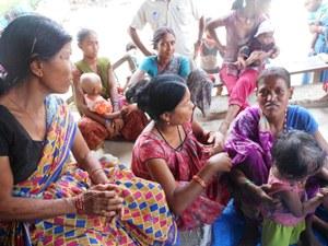 栄養不良児の母親(右)とカウンセリングする母親グループリーダー(左)