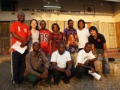 筆者(右端)とコミュニティセンターのスタッフ