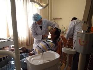 新しい診察台で診察を行うKhadka医師