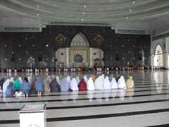 モスク内の様子。上座となる前方に男性、後方に女性が座ってお祈りしています。