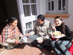 ランチ風景。ディディ(左)とネパール人スタッフ(中央)と私(右)