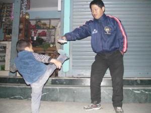 大好きなおじさんに蹴りを教えてもらう息子