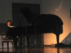 猿楽さんによるピアノの演奏
