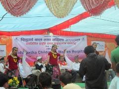 地元小学生によるネパールの伝統舞踊