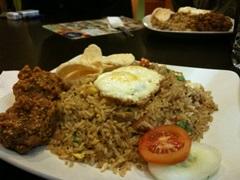 ナシゴレン、インドネシアの代表料理といってもいいかもしれません。おいしいですが、油分が気になります。