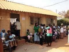 ムシリ保健センター。この日は予防接種。朝からたくさんの子どもが集まってきました。