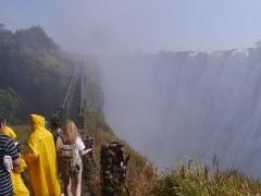 滝に沿って整備されている遊歩道。吹き上がる水しぶきを全身に浴びながら、滝の迫力を体感できます。