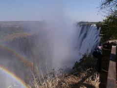 滝つぼから吹き上がる水しぶきは風の向き一つで大きく変化します。太陽の光に反射して、至る所で虹を見ることができます。