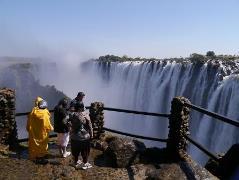 こんな間近で滝をみることができます。記念撮影をするにはもってこい。ただし風向きには注意が必要です。