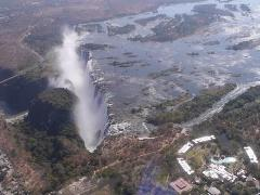 ヘリコプターの遊覧ツアーに参加すれば、ヴィクトリアの滝の全貌を上空から見ることもできます。ザンベジ川の雄大さも堪能できます。