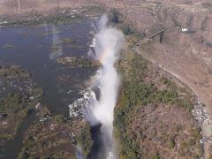 右側はジンバブエ。車もまるでゴマ粒の大きさ。滝の大きさ、伝わるでしょうか?