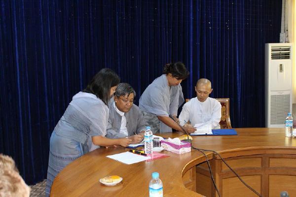 署名する保健局局長と江橋事業統括