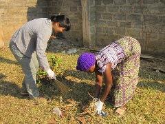 やはり背中が丸まり膝も使わずにはいられない筆者(左)。ザンビア人は拾い物する時の姿勢もきれい(右)。