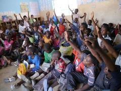 Grade3(小学校3年生)のクラス。88人の生徒で教室はいっぱいです。みんな一生懸命に挙手をしてアピール。