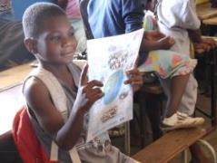 去年の生徒たちが描いた絵に興味津々。「ザンビアの国旗が描いてある」と、嬉しそうに話していました。