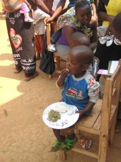 クッキングデモンストレーションで作った乳幼児食を試食する男の子