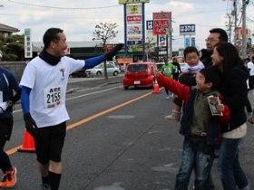昨年のそうじゃ吉備路マラソンの様子、左は髙杉医師