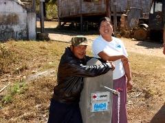 水供給施設の設置を喜ぶ水衛生委員会のメンバー(右)と村人