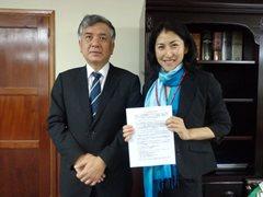 在ホンジュラス日本大使館 岡田憲治特命全権大使(左)とホンジュラス事業統括 山田留美子