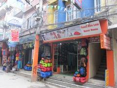 これからトレッキングを楽しむ旅行者のために、トレッキング用品専門店が集まる