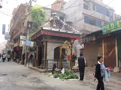 タメルの一角にはヒンドゥー寺院もあり通勤途中の地元の人々がお祈りをささげる姿も