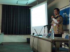 ザンビアの布「チテンゲ」で作った服を着て報告をする平野さん