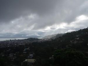 写真②:厚い雲に覆われた雨のフリータウン