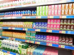 ①インドネシア都市部のスーパーマーケットでは色々な種類の牛乳が販売されています。プレーン牛乳よりイチゴ味などのフレーバー牛乳が好まれているようです。