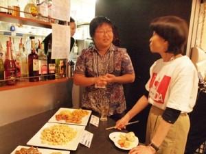 国別対抗スナック対決で、インドネシアのお菓子について説明する梶田事業統括
