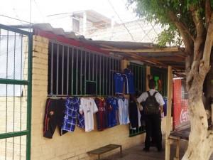 路上にはあちこちでホンジュラス代表のユニフォームが売られています