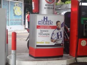 ガソリンスタンドでもワールドカップキャンペーンが。「H」はHonduras ホンジュラスの頭文字。親しみを込めてホンジュラス代表のことを「La H」(ラ・アチェ)」と呼び、看板には「La Hはヒーローだ」と書いてあります