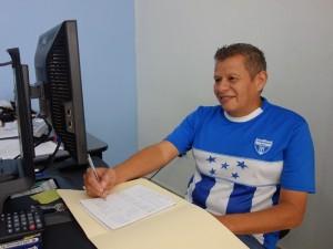 事務所のスタッフ。ホンジュラス代表の試合の日はもちろんユニフォームを来て出勤。「サッカーを通して得られる一体感がたまらない」といつもサッカーの魅力を語ってくれます
