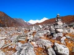 岩だらけの道を歩く。中央に見えるのがチョ・オユー