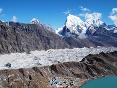道中から麓を見下ろす。氷の上に砂や塵が積もって氷河は灰色に見える