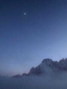 月明かりに浮かぶ山々