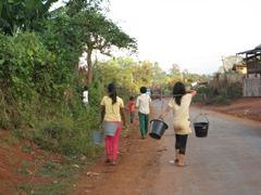 水汲みに行く住民