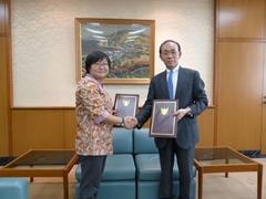 契約署名式にて谷﨑大使(右)と梶田統括(左)