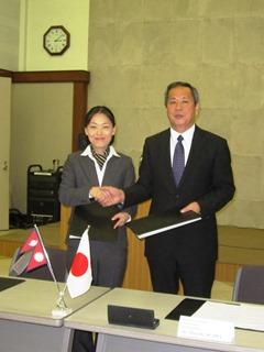 署名式にて、小川正史特命全権大使(右)と松本千穂現地事業統括(左)