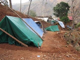 丘陵地がほとんどを占めるカブレ郡南部で人々はわずかな平坦地にテントを張ってしのいでいる