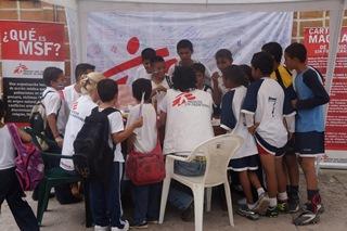 子どもや思春期の少年少女へ啓発活動を行うMSFのスタッフたち