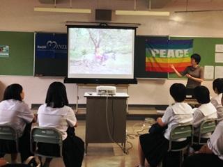 AMDA-MINDSのホンジュラスでの活動紹介を聴く高校生たち