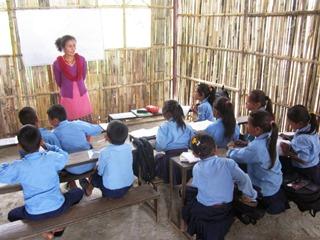 完成した仮設校舎で熱心に勉強する子どもたち