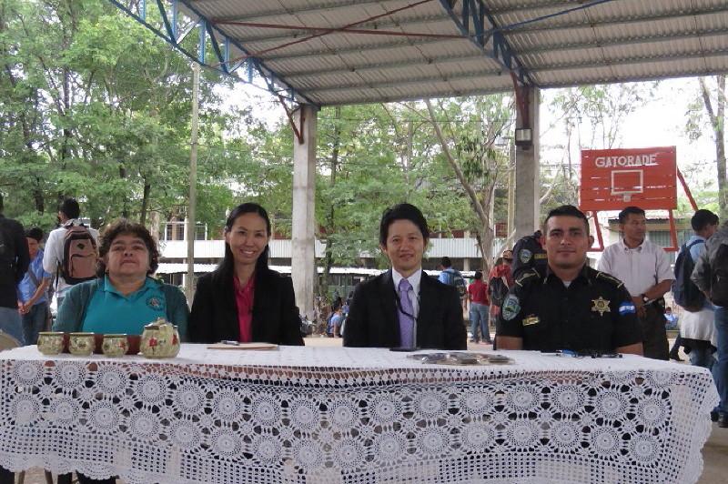 左よりサウル・セラヤ校の教員、浦上、佐々木毅書記官、フロール・デル・カンポ地区の警察官