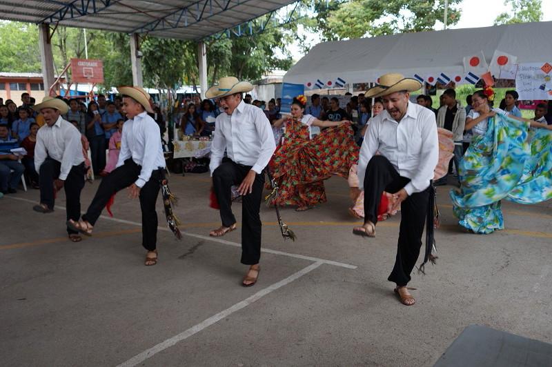 ダンスグループは見事なフォルクローレ舞踊