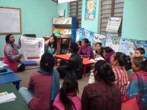 子どもの病気予防について、お母さんたちに話をする西田さん(前方右)