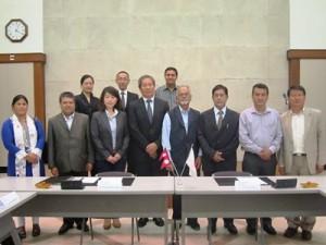署名式にて小川大使、MINDS小林事業統括、SDSCのDr. Kamal Rijal副代表ら