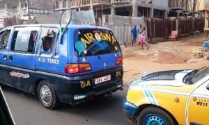 ミニバスにはラケット、タクシーのボンネットにはネットが