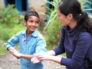 事業地の子どもたちと手洗い実習(筆者右)