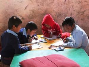 真剣なまなざしで学ぶ子供たち。大地震後の学校再開は子どもたちの心の安定につながった。