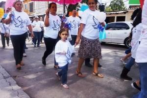 小さな子どもたちも参加し、平和を願う